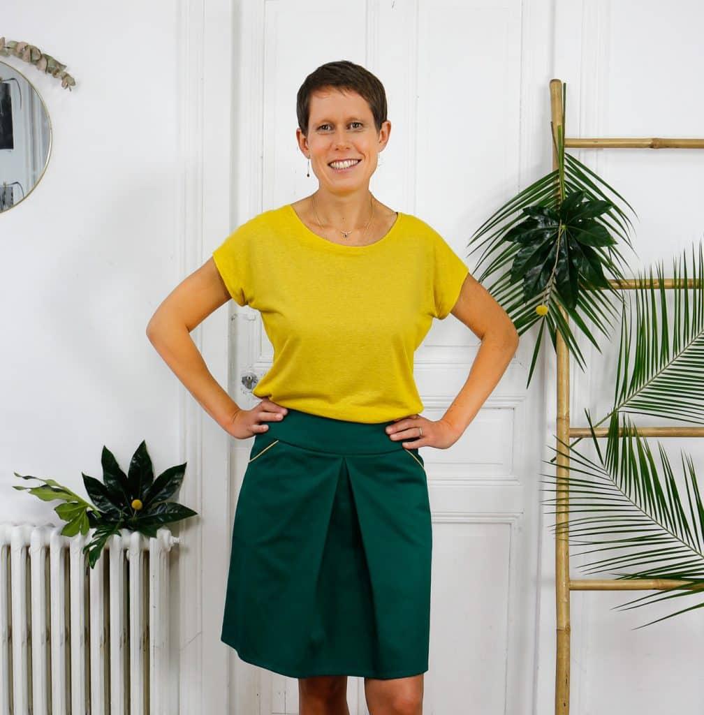 Jupe à un pli canard poches à passepoil jaune portée avec T-shirt moutarde