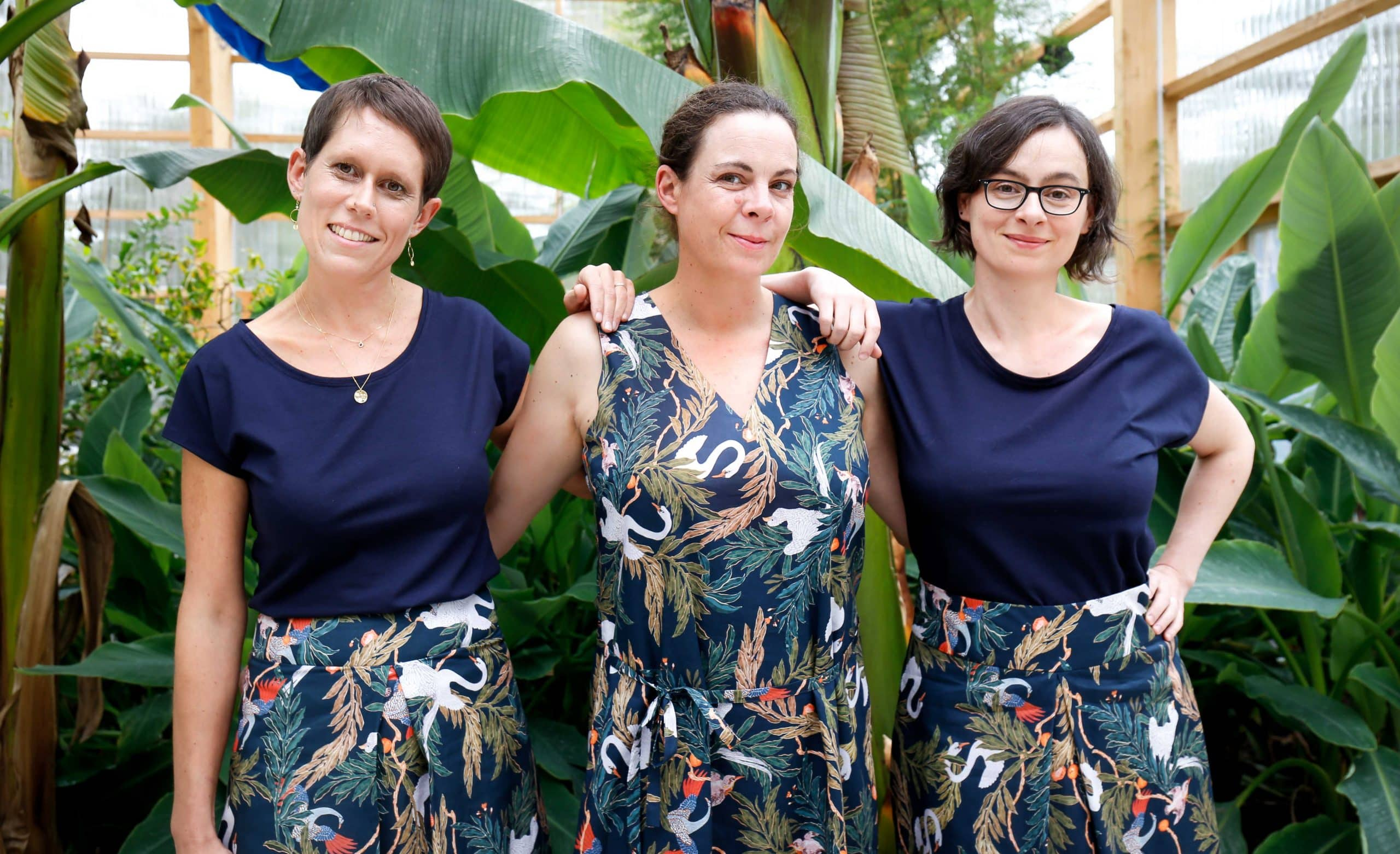 Photo ambiance 3 copines debout 3 versions de vêtements imprimé jungle