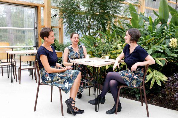 Photo ambiance 3 copines autour d'un café 3 versions d'une même tenue impression jungle