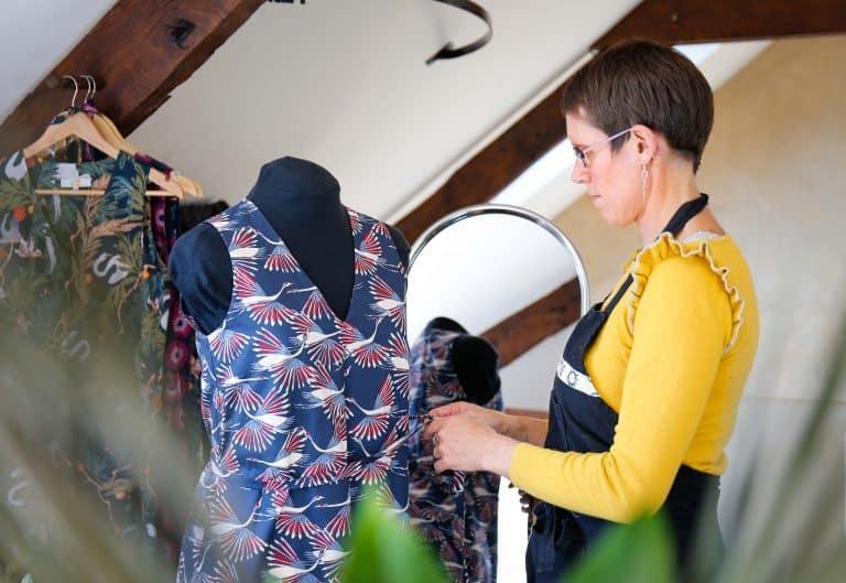 Ambiance atelier ajustage de vêtement sur mannequin