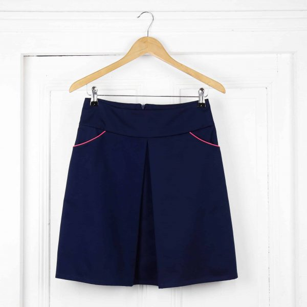 jupe séléné courte à un pli bleu marine poche avec passepoil rose