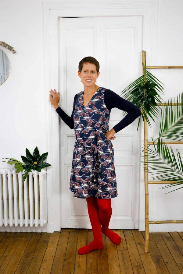 Robe courte en coton bio imprimé oiseaux graphique bleu et rouge portée avec collants